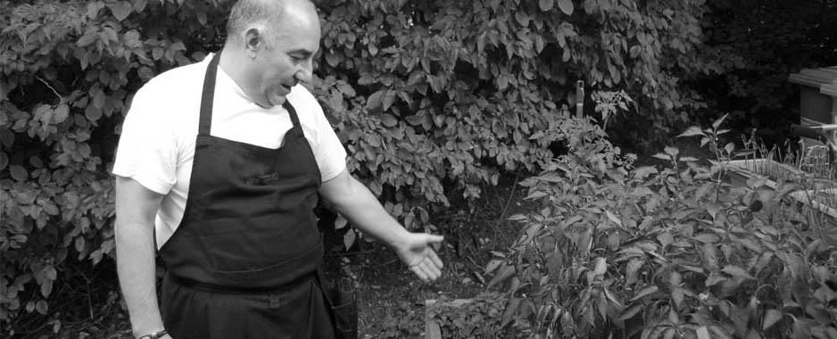 Giorgio orgoglioso ci mostra la coltivazione dei peperoncini vicino al Ristorante